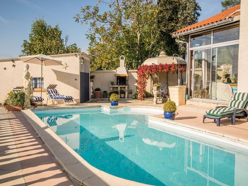 Cozy Holiday Home in Montayral with Swimming Pool, location de vacances à Thézac