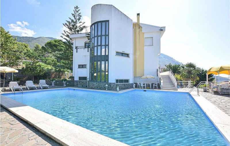 5 Zimmer Unterkunft in Praia a Mare, holiday rental in Castelluccio Superiore