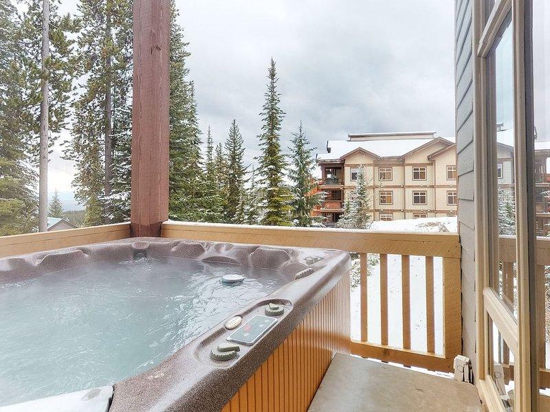 Dog-friendly ski-in/ski-out chalet w/ private hot tub & garage, casa vacanza a Idabel Lake