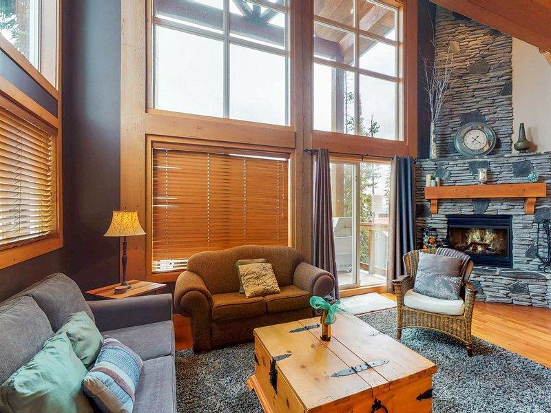 Lovely home w/ 3 Bedrooms + Loft + 2 Baths + Private Hot Tub, alquiler de vacaciones en Big White