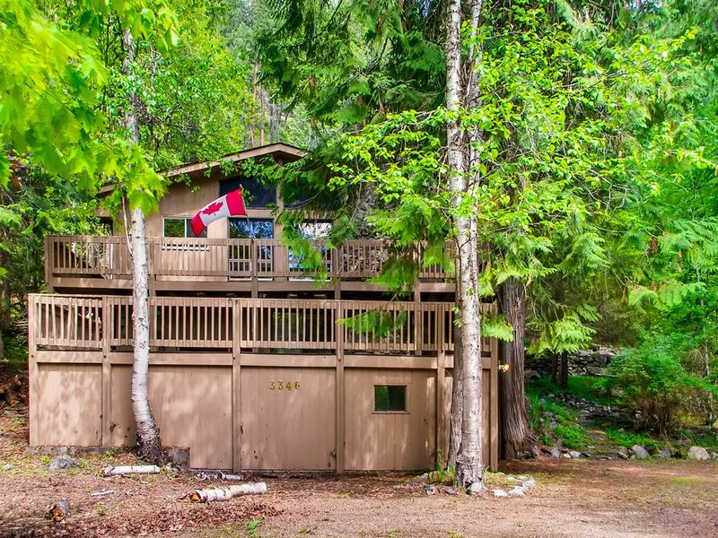 Dog-friendly home for great value near lake, boat launch, golfing, and more!, alquiler de vacaciones en Christina Lake