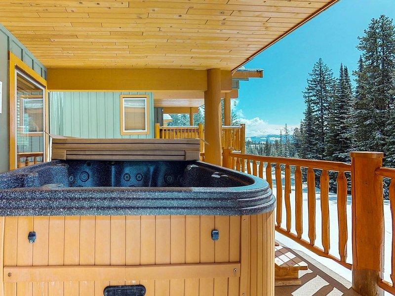 Beautiful ski-in/ski-out townhome w/ hot tub & balcony - walk to the Village!, casa vacanza a Idabel Lake
