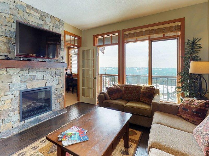 Stunning family-friendly condo w/private hot tub and ski-in/ski-out access, alquiler de vacaciones en Big White
