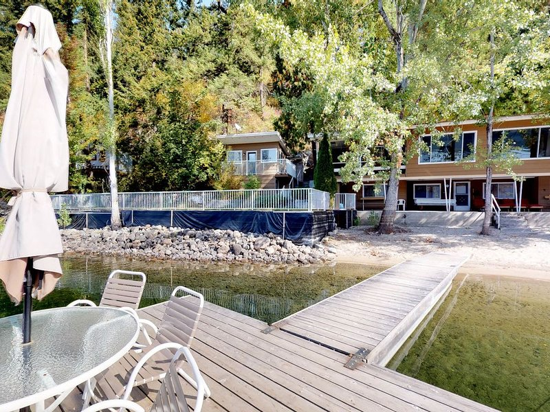 Charming, dog-friendly, waterfront home w/ sandy beach & private dock, holiday rental in Christina Lake
