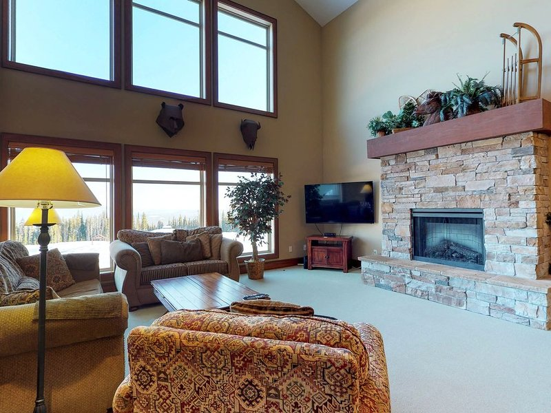 Family lodge with a private hot tub & mountain views, near the ski slopes, holiday rental in Big White