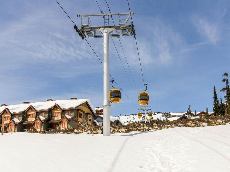 Ski-in/Ski-out Duplex with Private Hot Tub, Ski Locker, and Mountain Views!, alquiler de vacaciones en Big White