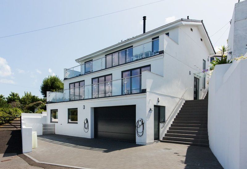 Modern Flat Overlooking Newlyn Harbour Sleeps 4 Child & Dog Friendly +Parking, holiday rental in Penzance