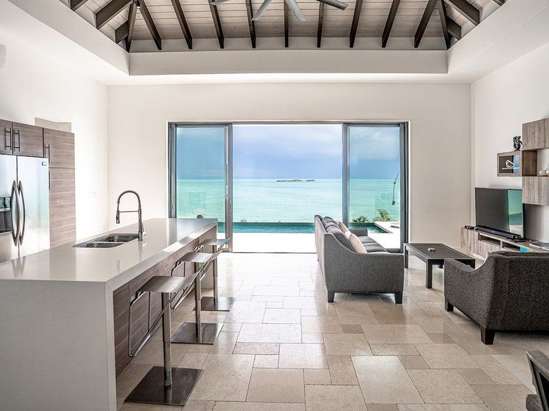 New Modern Beachfront 3bdrm/3bath with pool and incredible view!!, alquiler vacacional en Providenciales