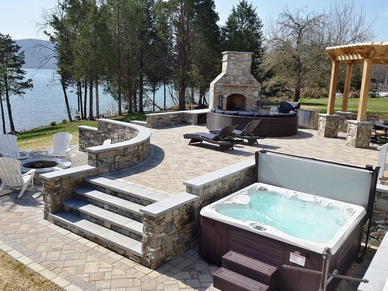 The Fun Spot 2 - BEST DOCK AND PATIO WITH A VIEW AT SML - WELCOME!, holiday rental in Altavista