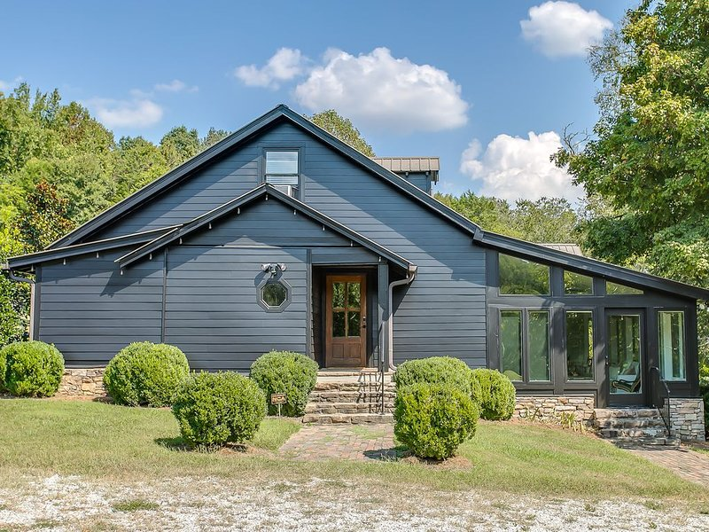 Wildflower Farm - Chic Countryside Leiper's Fork Retreat on 15 Acres with Pond, holiday rental in Franklin