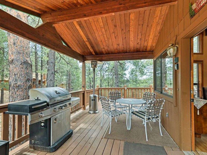 Flagstaff Cabin w/ Wraparound Deck in Nat'l Forest, location de vacances à Kachina Village