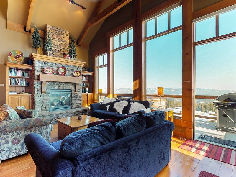 Spacious ski-in/out townhouse with private hot tub and incredible views!, holiday rental in Big White