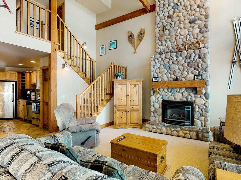 Ski-in/ski-out chalet w/ mountain views, private hot tub, & gas fireplace, casa vacanza a Idabel Lake