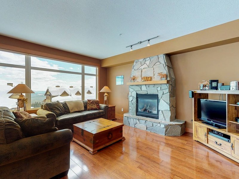 Upscale, ski-in/ski-out condo w/ private hot tub - hit the slopes with ease!, holiday rental in Big White