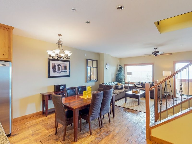 Spacious condo with private hot tub, mountain views and ski in/out access!, holiday rental in Big White