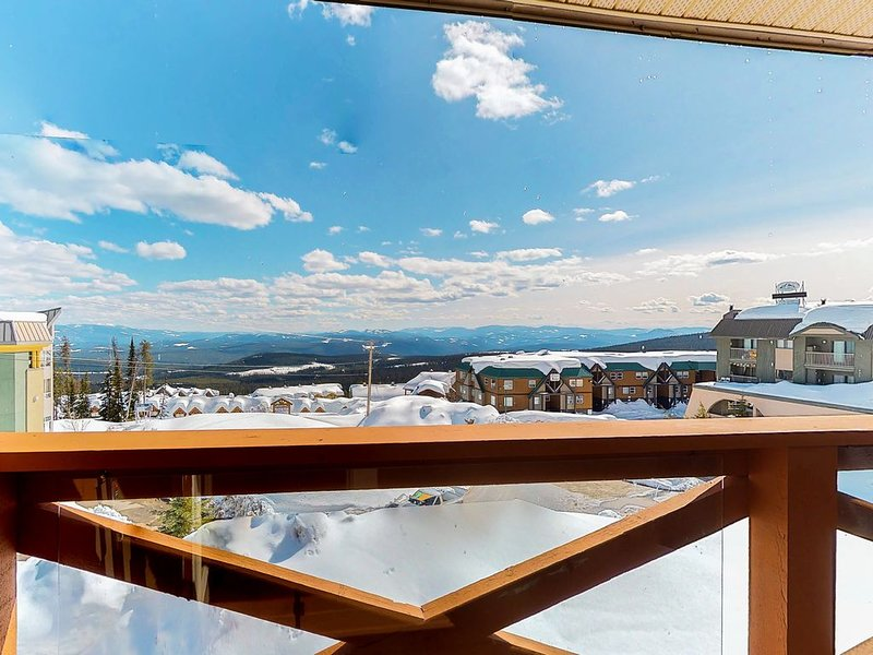 Ski-In/Ski-Out, Spacious Condo w/Private Hot Tub, Free WiFi, Gas Fireplace, W/D!, alquiler de vacaciones en Big White
