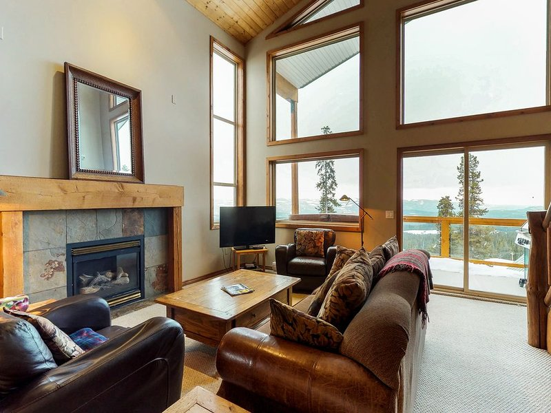 Ski-in/ski-out home w/private hot tub, dog-friendly attitude, & beautiful views!, casa vacanza a Idabel Lake