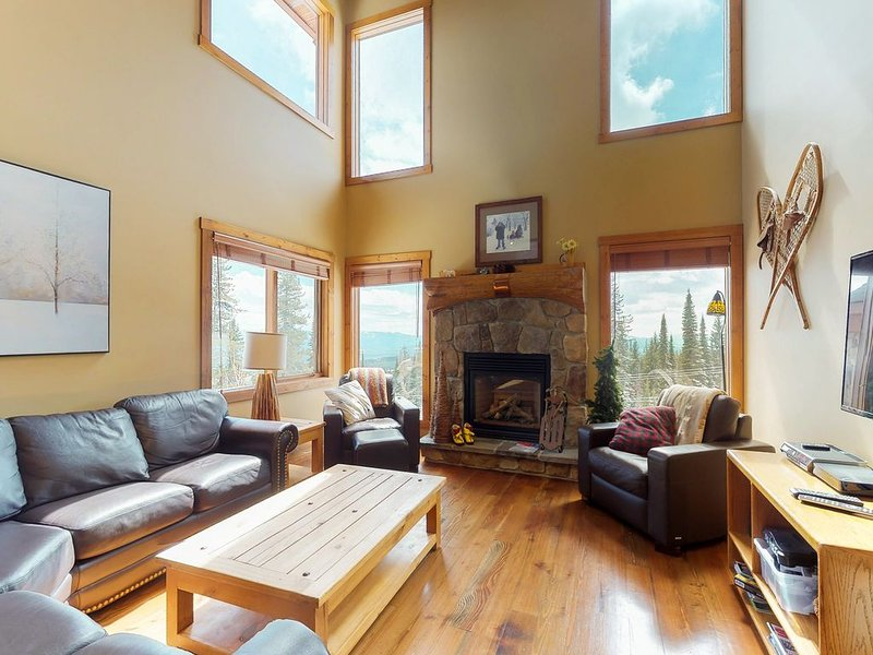 Ski-in/ski-out home w/ private hot tub & great location by village, holiday rental in Big White