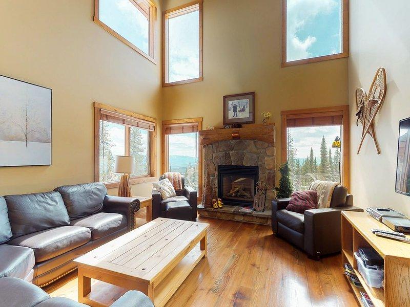 Ski-in/ski-out home w/ private hot tub & great location by village, alquiler de vacaciones en Big White