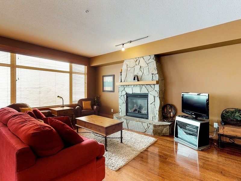 Family-friendly condo w/ private hot tub - easy access to slopes!, holiday rental in Big White