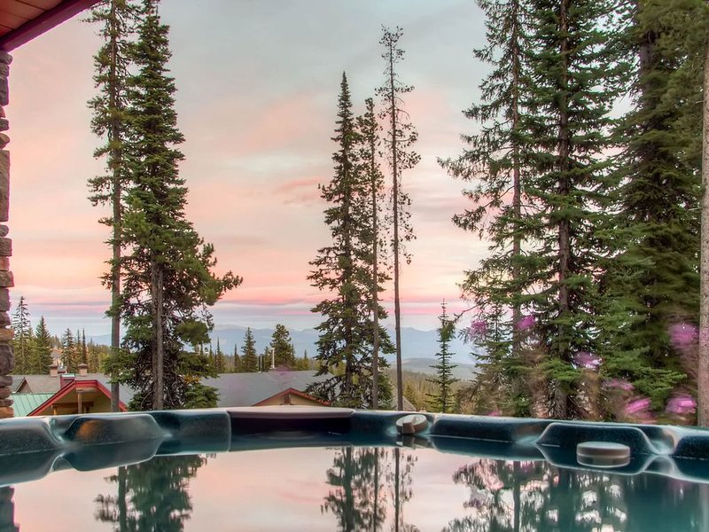 High-end ski-in/ski-out home w/private hot tub, sauna, and room for everyone, holiday rental in Big White