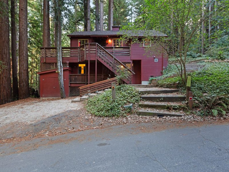 Private, relaxing retreat in the redwoods w/ a private deck & BBQ, alquiler de vacaciones en Ben Lomond