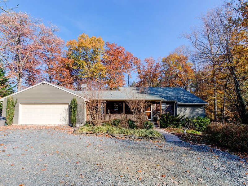 Dog-friendly lakefront home w/view, dock, firepit & Tiki bar, holiday rental in Mineral