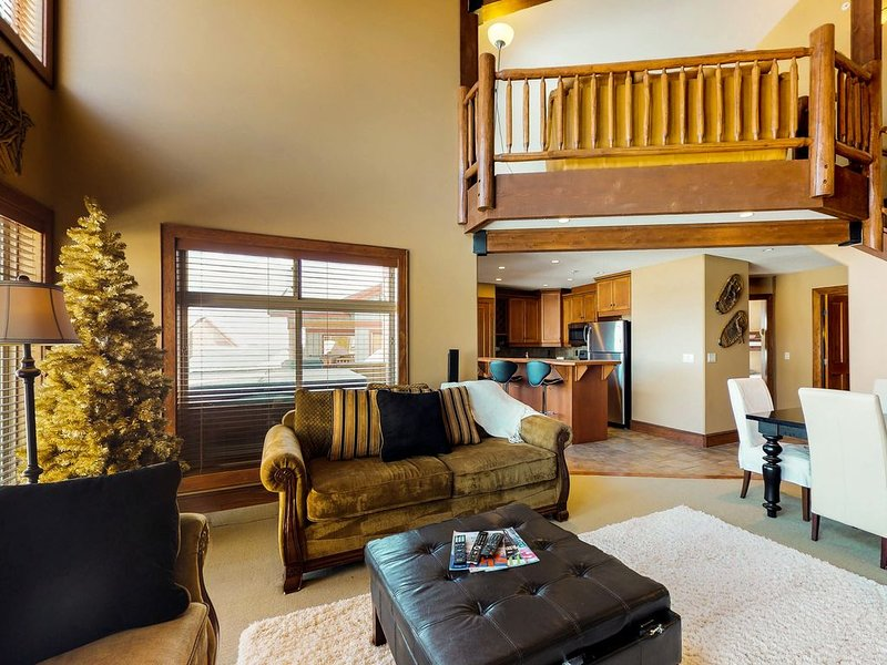 Family-friendly condo w/ loft, mountain views & private hot tub!, holiday rental in Big White