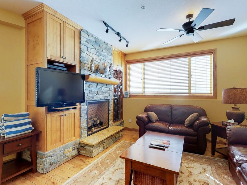Homey ski-in/out condo w/ private hot tub & entertainment!, holiday rental in Big White