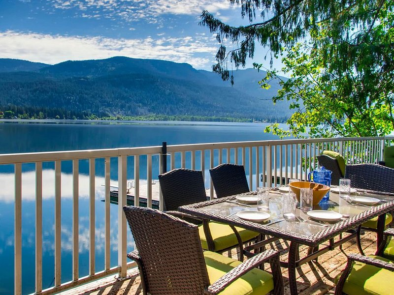 Delightful lakeside cabin w/ great access to swimming & private beach, holiday rental in Christina Lake