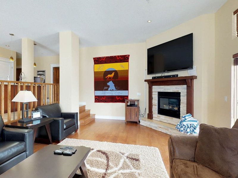 Roomy, versatile condo w/ private hot tub - ski-in/ski-out, walk to the village!, holiday rental in Big White