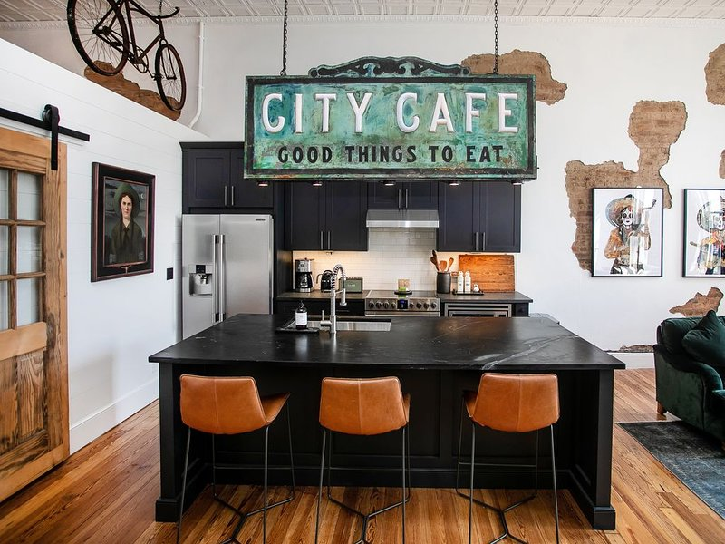 Two Lanes Guesthouse - Historic Downtown Loft Apartment 45 miles S of Nashville, casa vacanza a Summertown