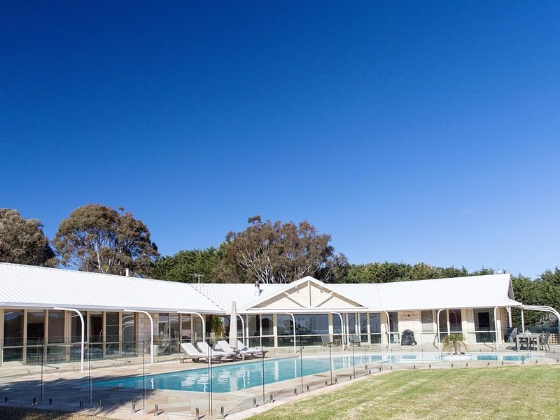 Palm Springs pool, Bay Views, walk to Mt Martha shops, location de vacances à Mt Martha