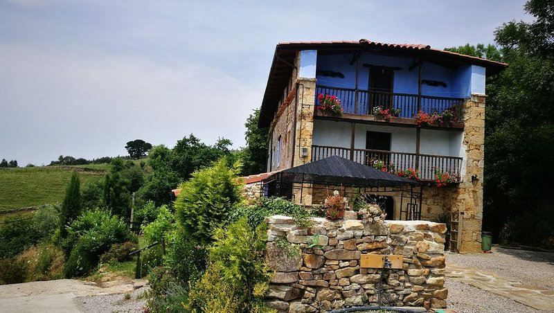 Entrance and total view of the Cantabrian house