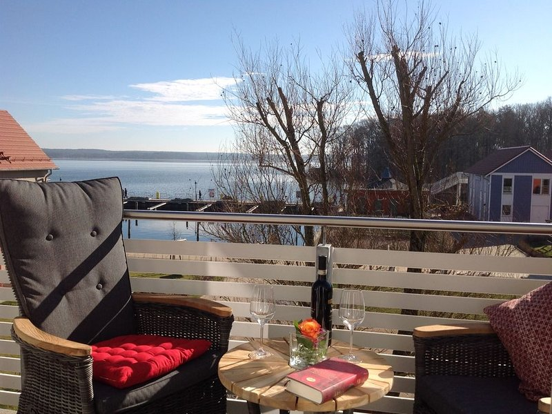 Helle Ferienwohnung mit Seeblick und 3 Balkonen, casa vacanza a Luebz