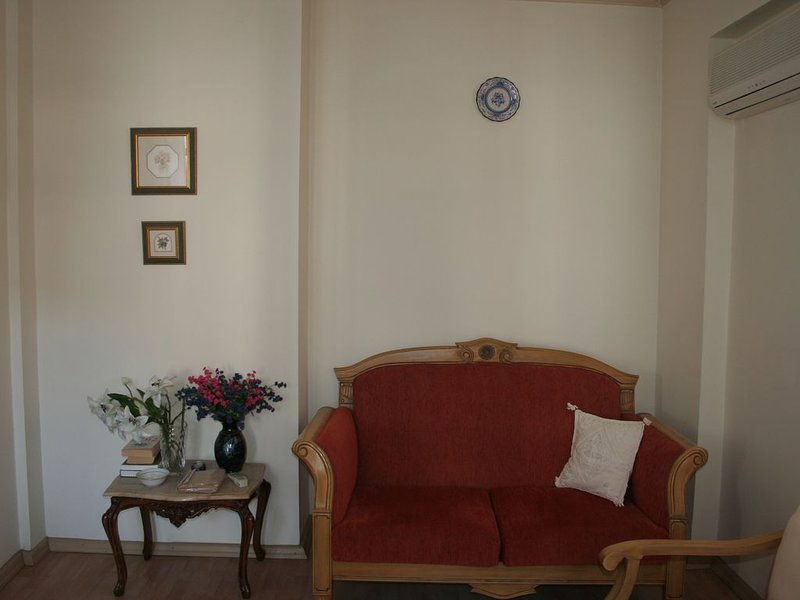 Simple 3-bedroom flat in lovely old town * 1st floor flat, location de vacances à Antalya