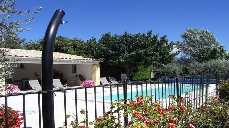 Mas provençal avec piscine, vacation rental in Caromb