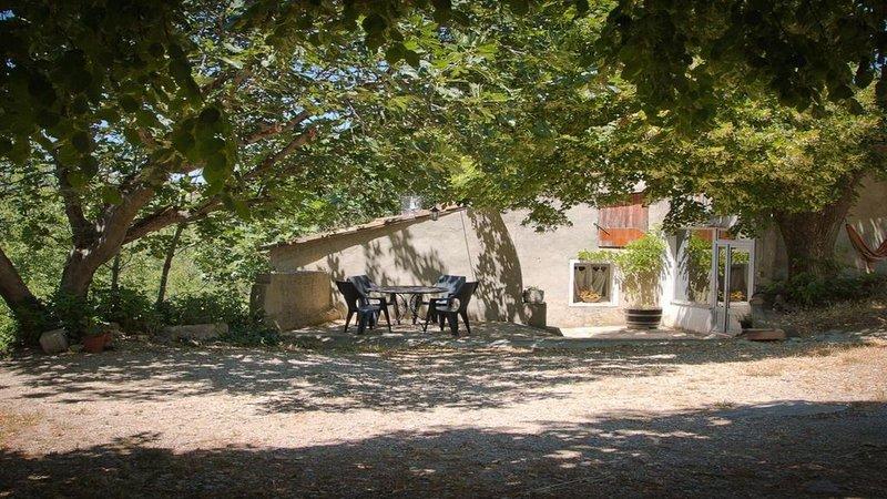 Lou Cabres dans ancienne ferme, très au calme, location de vacances à Mollans sur Ouveze