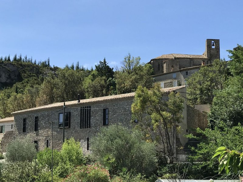 Grande maison de charme haut de gamme avec jardin & terrasse végétalisés., Ferienwohnung in Villeneuve-les-Corbieres