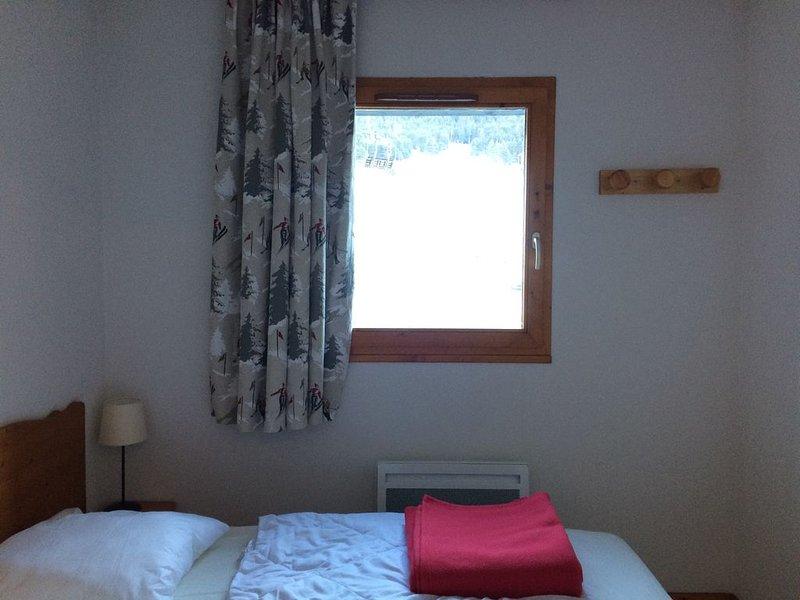 Charmant appartement au pied des pistes vue dégagée sur pistes et montagne, aluguéis de temporada em Val-Cenis