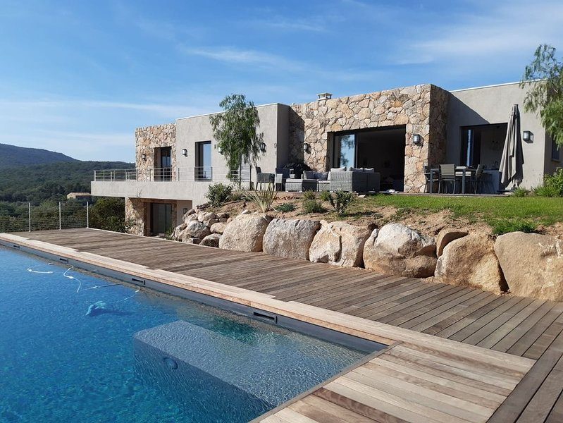 Villa neuve d'archi 200 m2, 10 pers, vue mer, piscine chauffée et plage à pied, holiday rental in Pinarellu