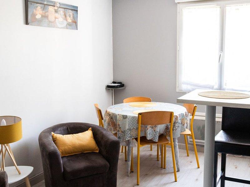 logement pour 4. 10 mn sortie autoroute. 10 mn du circuit. 15 mn centre ville, holiday rental in Marigne-Laille