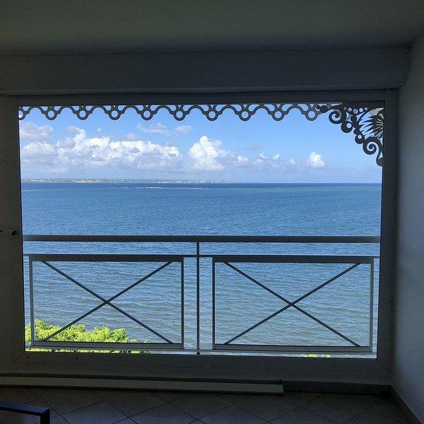 Spacieux duplex face à la mer au centre de la Guadeloupe., location de vacances à Petit-Bourg