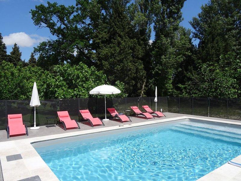 Gîte tout confort indépendant dans mas provençal, clim, piscine, wifi, aluguéis de temporada em Camaret-sur-Aigues