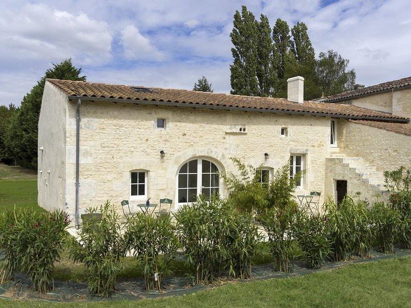 Le clos de Tesson gîte de charme Saintes l'Agapanthe, holiday rental in Saint Seurin de Palenne