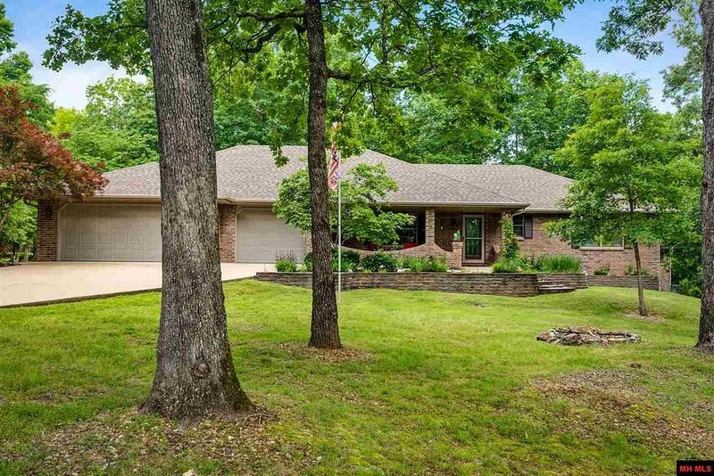 Beautiful 3 Bdrm 3 Bth almost an acre minutes to Bull Shoals Lake & White River!, vacation rental in Bull Shoals