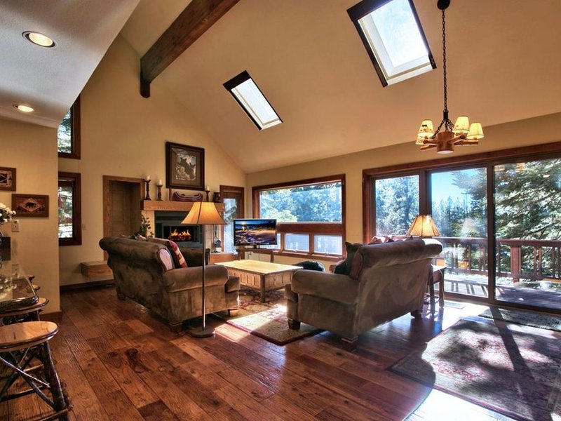 3 Bears Lodge, a 4 Bedroom, 3.5 Bath Room. Spacious, Rustic Golf Course Home, holiday rental in Incline Village