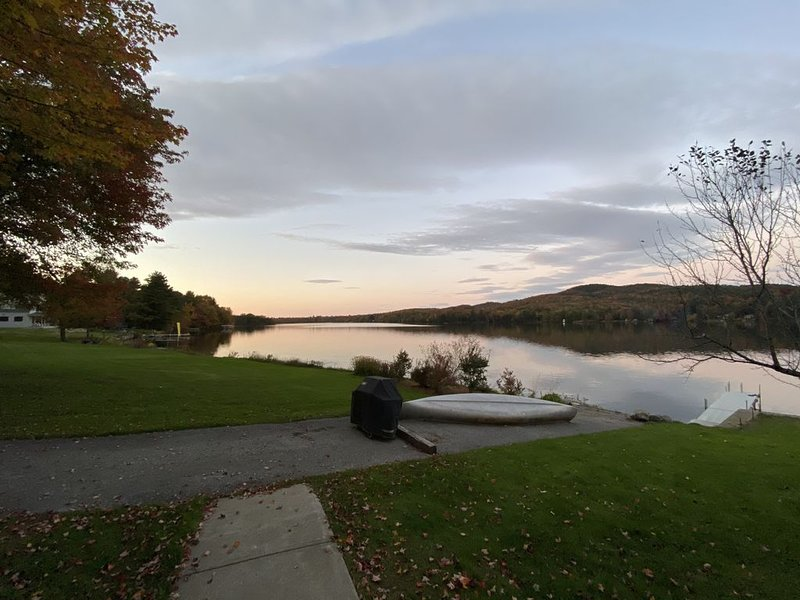 Lakefront Cottage with Amazing Views, holiday rental in Richmond