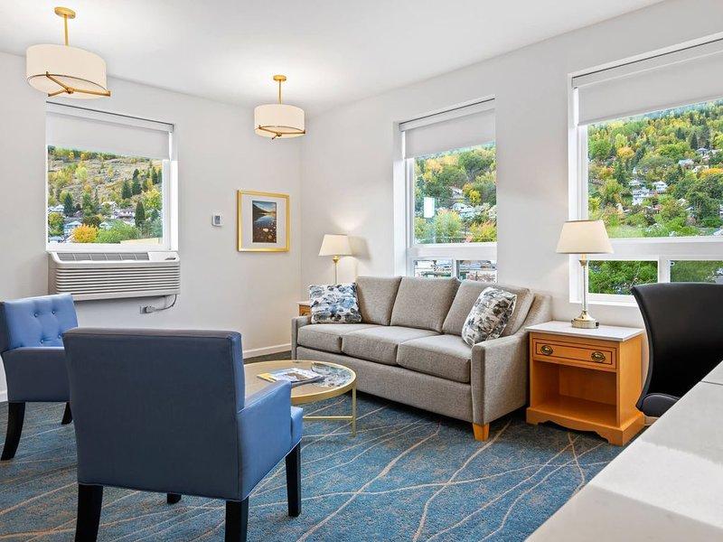 Royal Riverside Suite - 2 Kings with Queen Sofa bed and Kitchen, alquiler de vacaciones en Castlegar