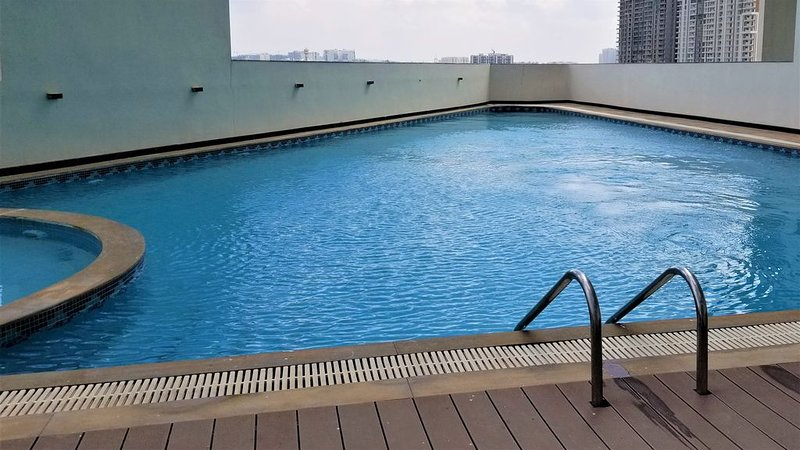 HiFi 2 bhk Pool SPA Gym * HUGE monthly WEEKLY discount - Prime Location, holiday rental in Secunderabad